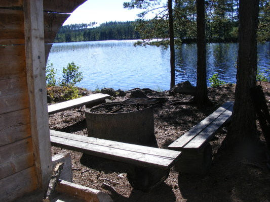 på sommaren - Vy från slogboden vid järnvägen och Kättbosjön (närmaste sjön).