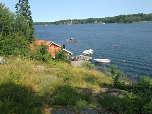 På sommaren - Huset skymtar + båt