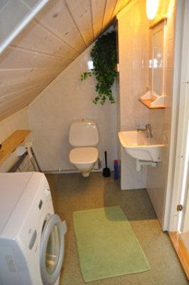 Badrum - Toalett och dusch, tvättmaskin finns...