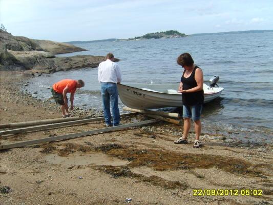 på sommaren - Vi lägger i båten. Båt+motor+ 5 liter bensin ingår i hyran. Flytvästar kan lånas. Om du behöver hjälp ställer vi gärna upp.