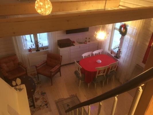 Vardagsrum - Vy från sovloftet ner mot matgruppen i storstugan.