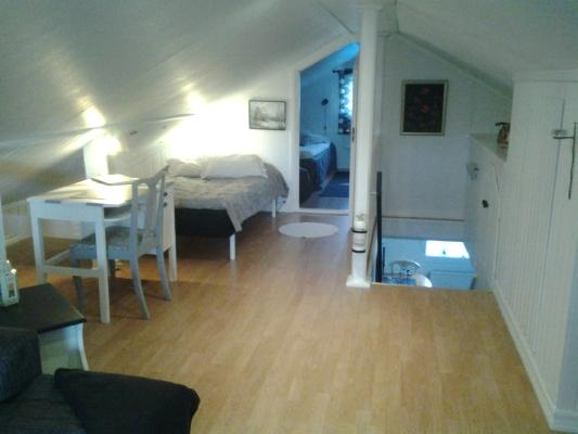 Vardagsrum - del av vardagsrummet med en 120cm bred säng