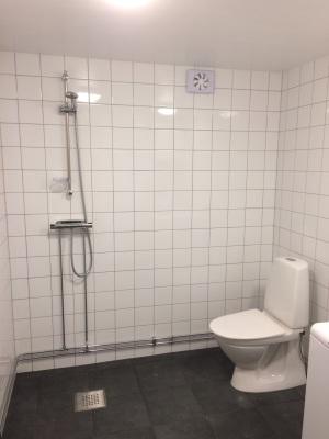 Badrum - Toalett och dusch