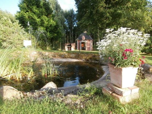 på sommaren - trädgård med damm och lusthus