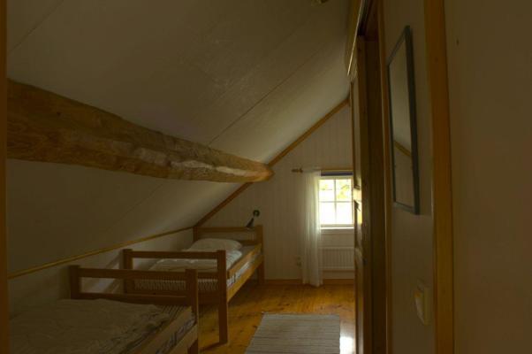 Sovrum - Två enkelsängar på övre plan.