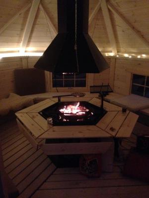 asset.ADDITIONAL_HOUSES - Grillstuga, för trevlig samvaro. Varmt blir det också, så perfekt för sena kvällar. Här kan det lagas mat på öppen eld och det är även plats för övernattning.