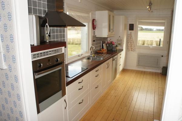 Kök - Kök med varmluftsugn, microvågsugn, glasspis, kyl och frys