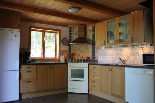 Kök - Komplett utrustat kök med kyl, frys, diskmaskin, microvågsugn, toaster, kaffebryggare. Dörr till terrassen.