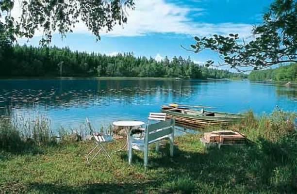 på sommaren - Egen badsjö (900 m) med roddbåt, rikligt med fisk och med grillplats. Naturskön privat skogsväg till sjön, promenera, cyckla eller köra bil dit.