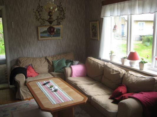 Vardagsrum - allrum med soffor och tv + bord och stolar