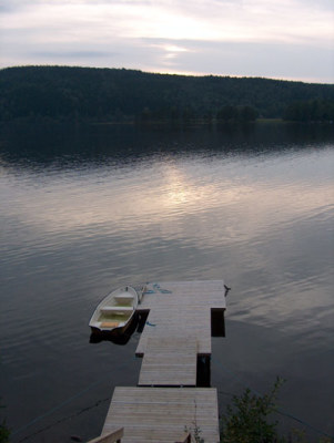 på sommaren - egen brygga med roddbåt