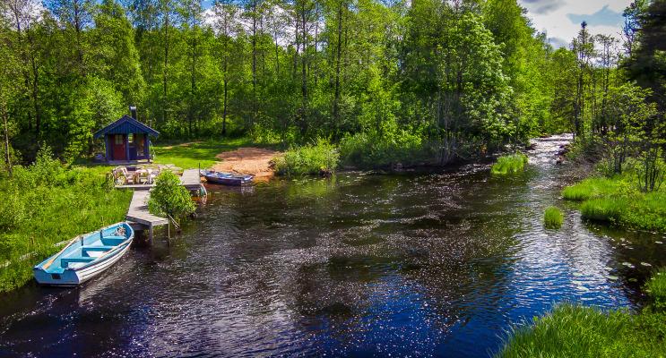 Utomhus - Bastu med egen båtplats , fiskeplats och liten sandstrand, ca 200 m från huset.