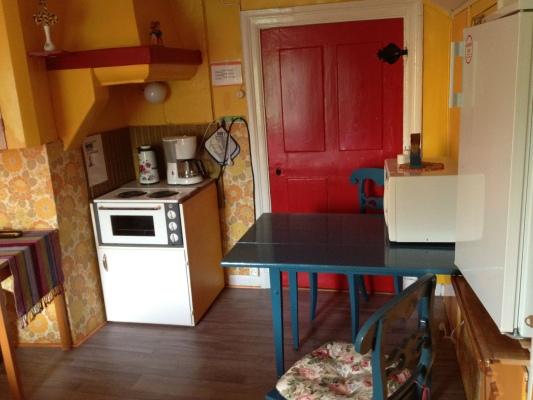 Kök - Köksdel i sovrum, porslin och diskbänk finns i hallen precis utanför.