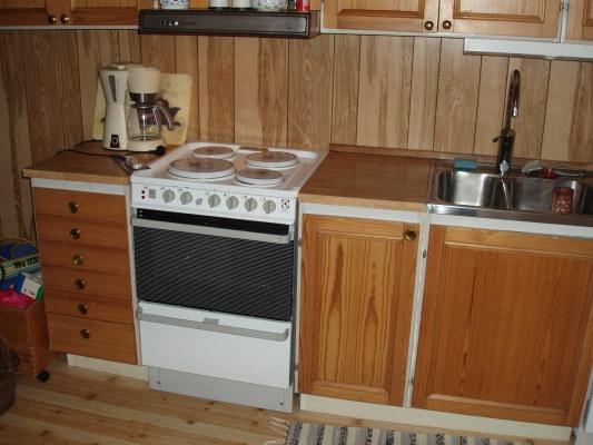 Kök - Kök/allrum är kombinerat. Spis med 4 bra plattor. Mycket bra ugn. Flera avställningsytor.
