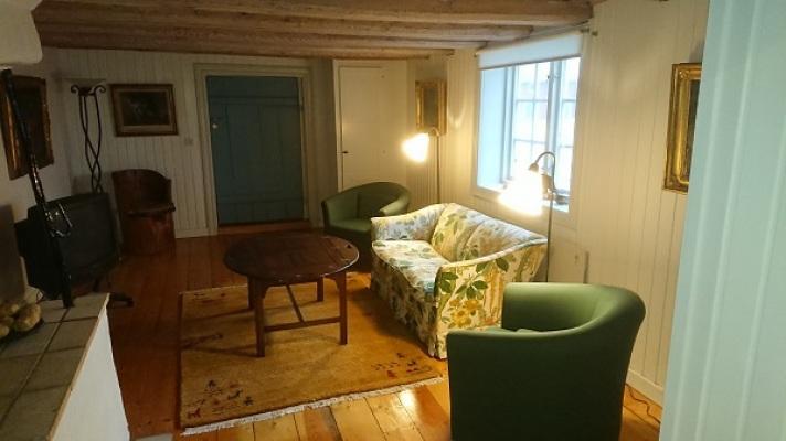 Vardagsrum - Vardagsrummet nedervåning sett från köket