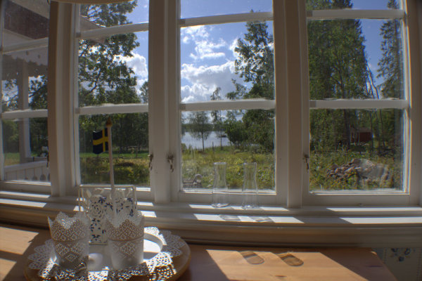 Wohnzimmer - Blick vom Esstisch zum See