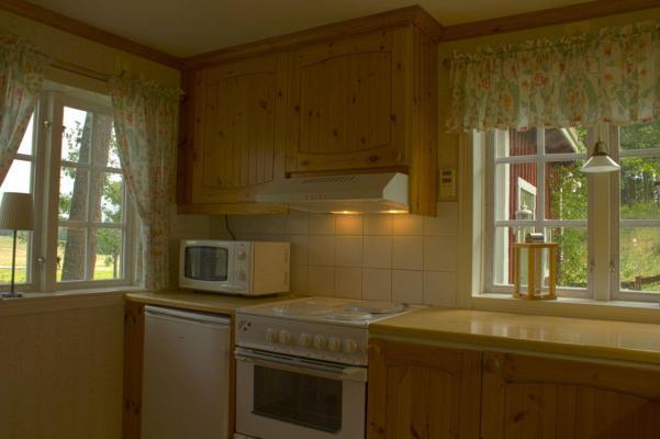 Kök - Kök med spis, ugn, micro och kylskåp. Frysbox i förrådet.