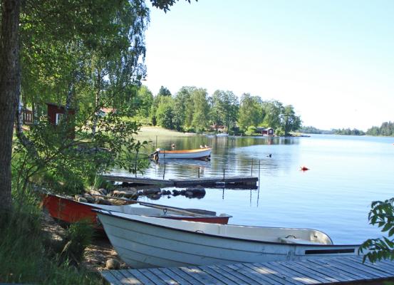 Omgivning - roddbåt vid sjön Bolmen