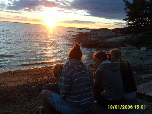 på sommaren - Här sitter vi på stranden och lyssnar på havets stilla vågskvalp medan vi njuter sv den vackra solnedgången