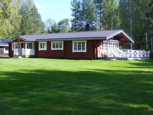 Ansicht Sommer - Feriehaus, im Hintergrund die Garage