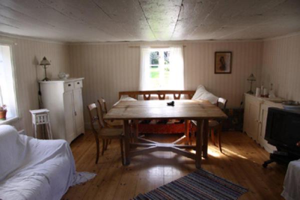Vardagsrum - vardagsrum med stor ny platt-TV och skön soffa i övrigt i gammal stil