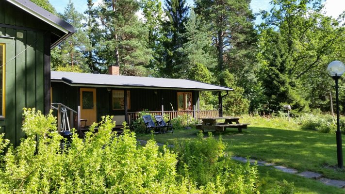 På sommaren - Huset och verandan under tak