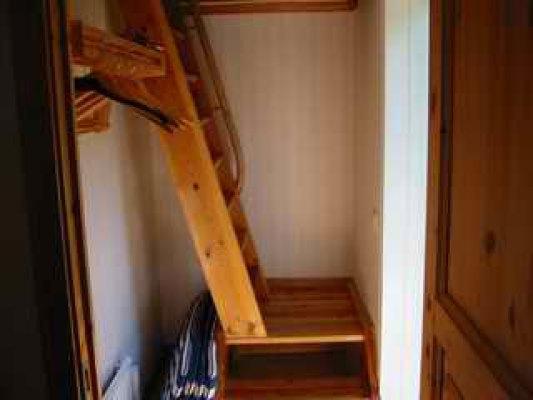 Interiör - Brant trappa till sovrum och toalett