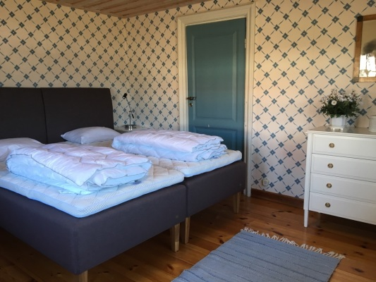 """Sovrum - """"Masterbedroom"""" bottenvåning ( dörren går in till det andra sovrummet med en enkelsäng)"""