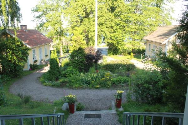 På sommaren - Gårdhus till vänster, gårdsbutik till höger (silversmycken och kläder)