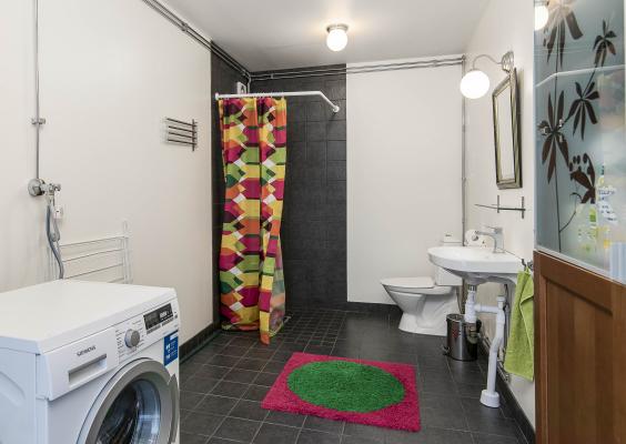 Badrum - Generöst badrum med dusch, golvvärme och tvättmaskin.
