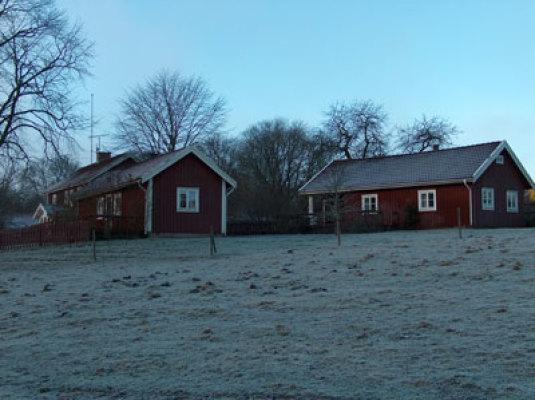 På vintern - Pigstugan till höger, Drängstugan till vänster