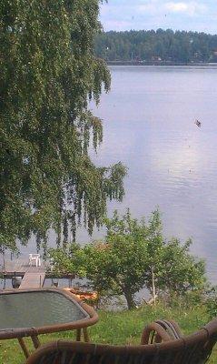 på sommaren - Utsikt från terrassen mot sjön