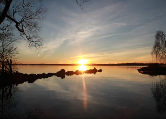 på vintern - Solnedgång över sjön