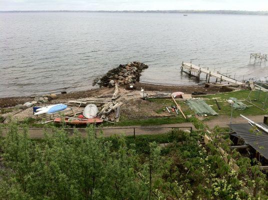 på sommaren - Stranden nedan Huset har en stenpir och en träbrygga. Båda är bra för bad och simning