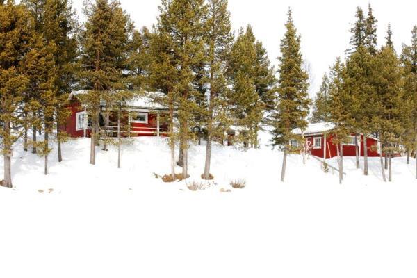 På vintern - Stugans söderläge från viken