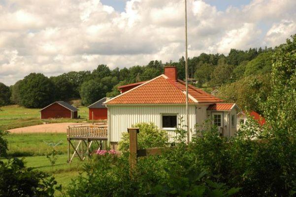 På sommaren - Huset ligger naturskönt och med lagom avstånd från grannar. Från vår stora terass med utomhusmöbler i teak och grill lyser solen hela dagen och kvällen.