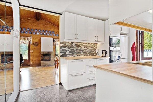 Interiör - Köket har utgång mot poolområdet. Högklassig maskinutrustning.
