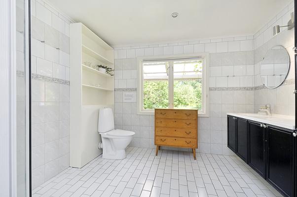 Badrum - I det rejält tilltagna badrummet finns två handfat med speglar, gott om förvaring, wc och en duschkabin (från 2011). Golvvärme.