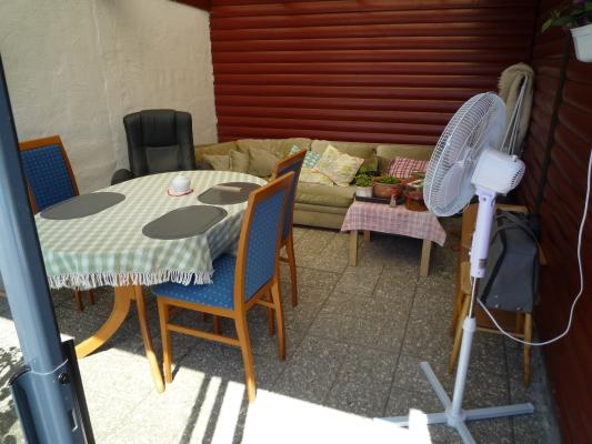 På sommaren - Sommarrrummet med matbord och soffa för eftermiddags vilan.