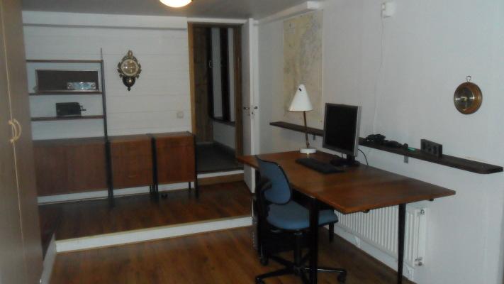 på vintern - Arbetsrum med arbetsbord & PC, bokhylla och 2 garderober