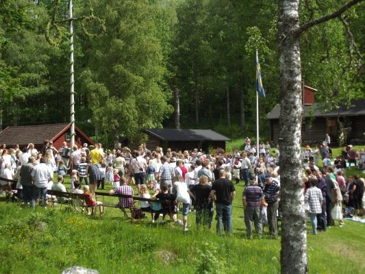 på sommaren - Traditionellt midsommar firande på Säfsens Hembygdsgård.