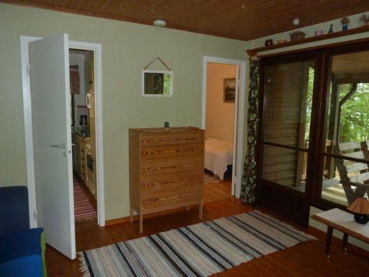 Interiör - Del av vardagsrummet med dörröppningar mot pentry och sovrum