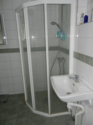 Badrum - Nyrenoverat badrum med tvätt-och torkmaskin, dusch, handfat, golvvärme och multoalett.