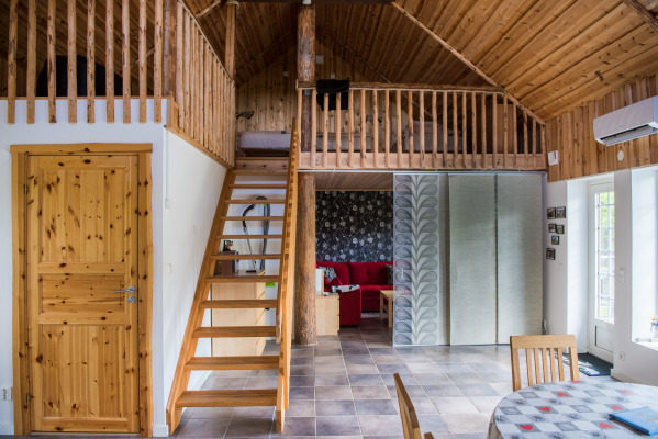 Vardagsrum - Från vardagsrum mot loftet med fyra bäddar och skiljevägg.