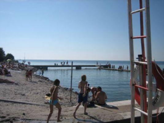 på sommaren - Stranden i Klagshamn (som vi mest åker till) ligger cirka 15 minuters bilresa från huset. Badet är långgrunt och det finns ett stort klätternät på stranden som barnen uppskattar. Här finns det alltid någon ny lekkamrat att lära känna.
