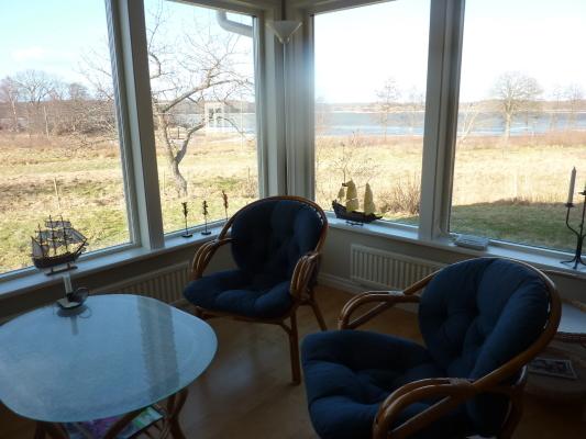 Vardagsrum - Allrum med panoramafönster åt väster och norr, med havsutsikt.