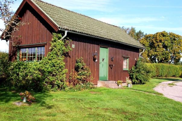 På sommaren - Bakom den enkla fasaden finner du en bekvämt inredd boende för den lilla familjen