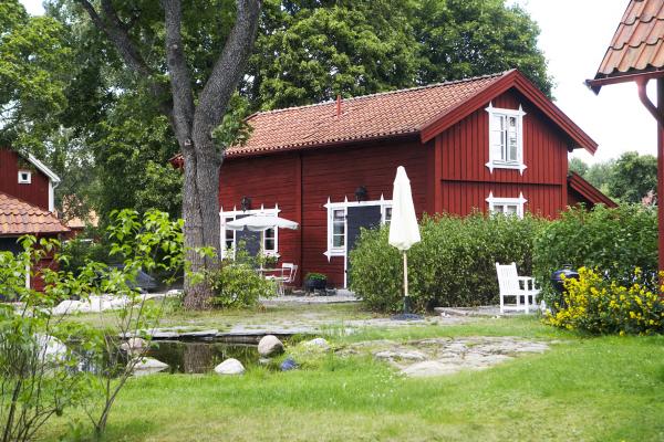 """Utomhus - charmigt renoverad stuga från 1850. här finns apartmangen """"Magasinet"""" och """"Jaktstugan"""""""