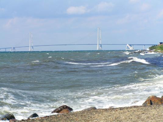 på sommaren - Stranden i Klagshamn med utsikt över Öresundsbron. Skåne är fullt av badstränder så det är bara att välja. Jag har valt att visa stränderna som vi brukar åka till när vi vill bada.