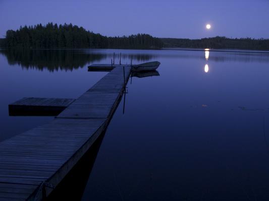 på sommaren - Månsken över sjön